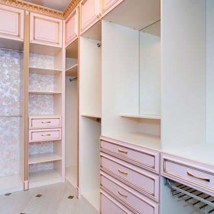Классическая гардеробная комната из мдф с патированием в роз.