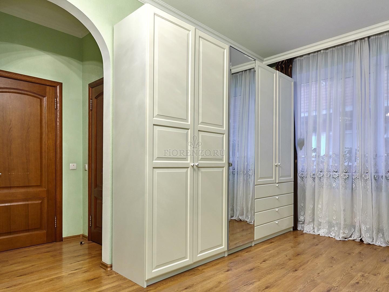 Шкаф классический в гостиную
