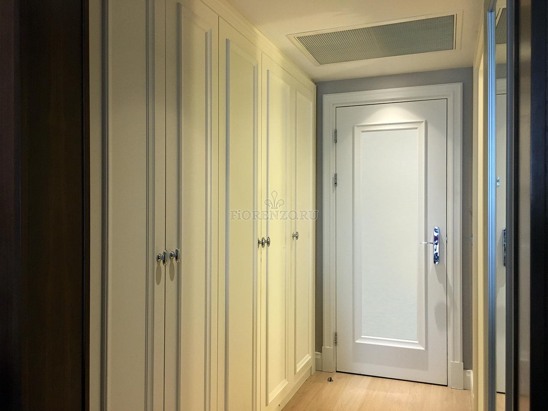 белый встроенный распашной шкаф для узкой прихожей купить в москве