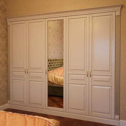 Распашной встроенный шкаф для спальни кремового цвета под за.