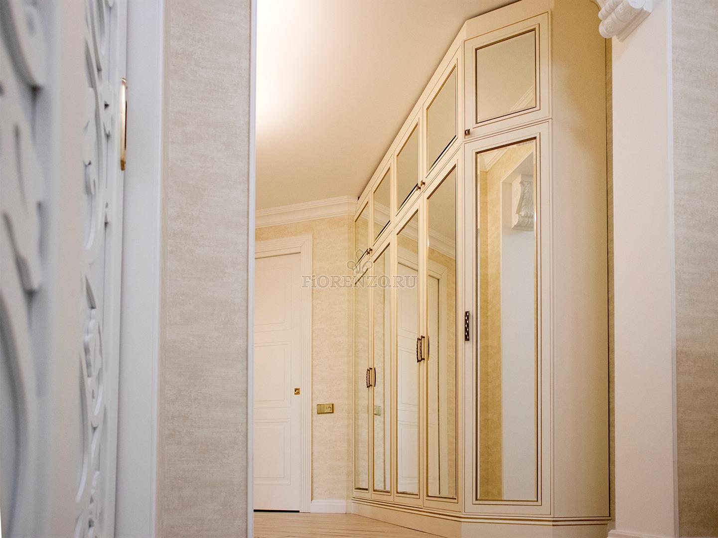 Белый зеркальный шкаф под старину