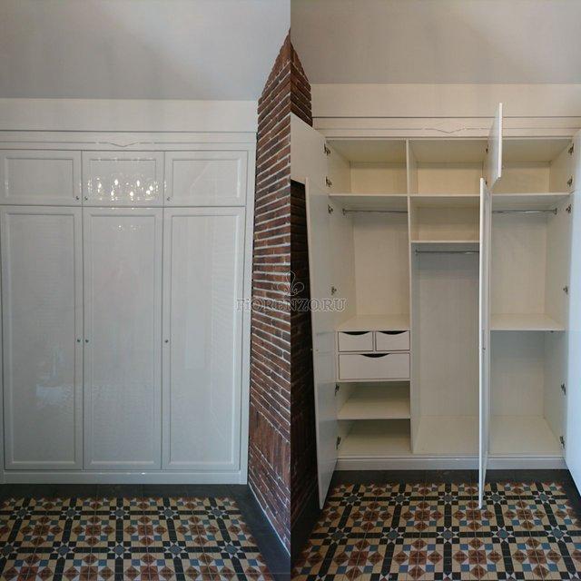 Встроенный белый шкаф в холл