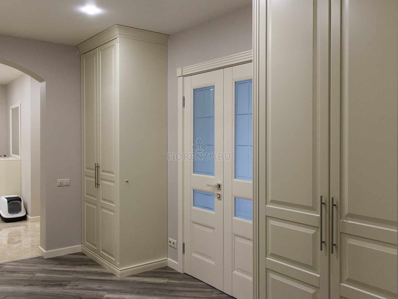 Классические шкафы по бокам от входной двери
