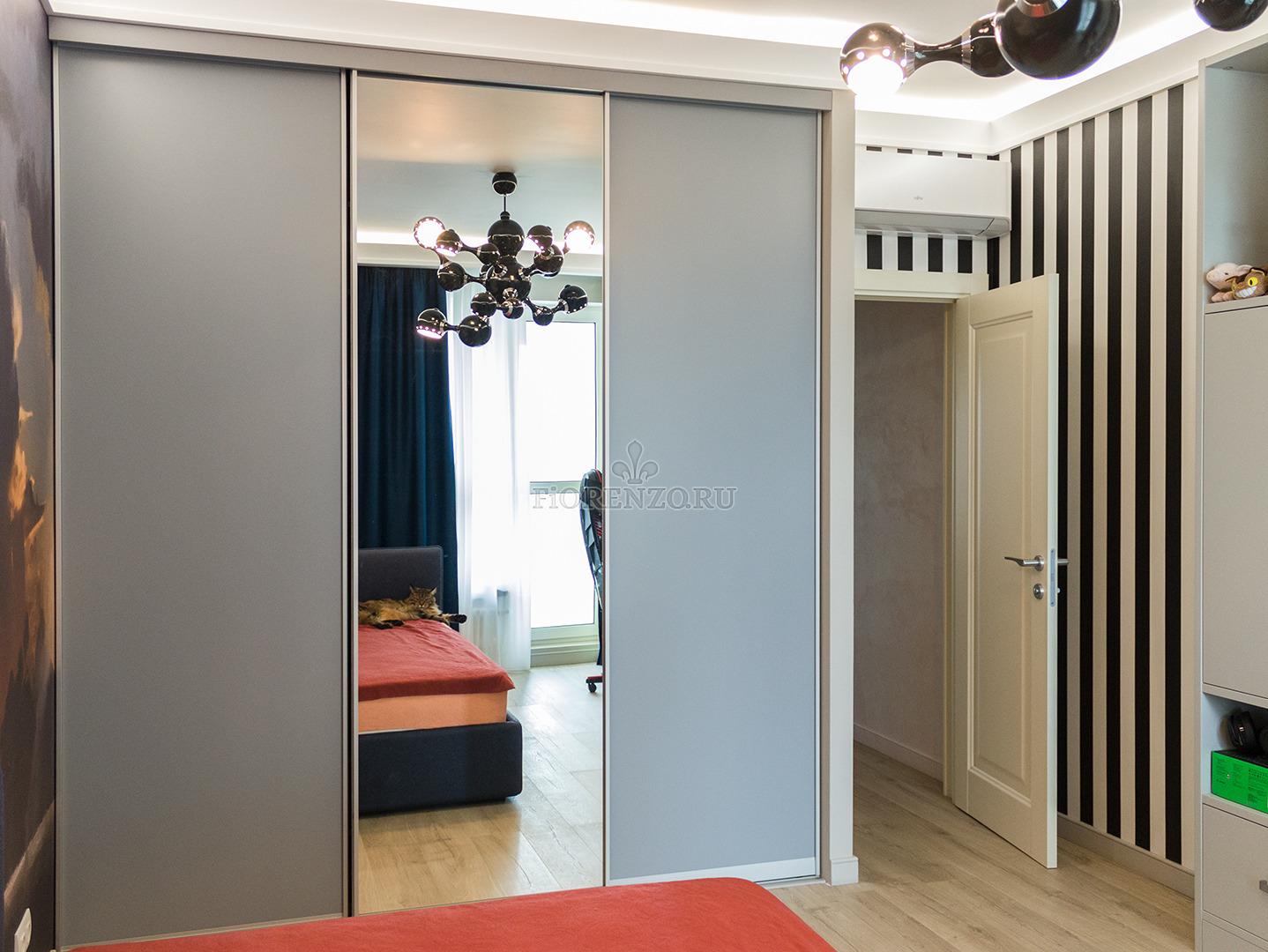 Серый шкаф-купе с зеркальной дверью