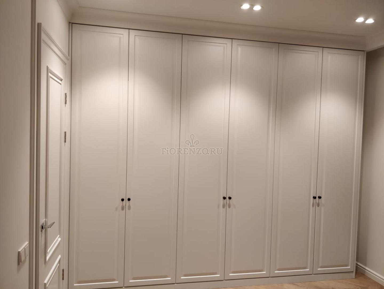 Встроенный классический шкаф