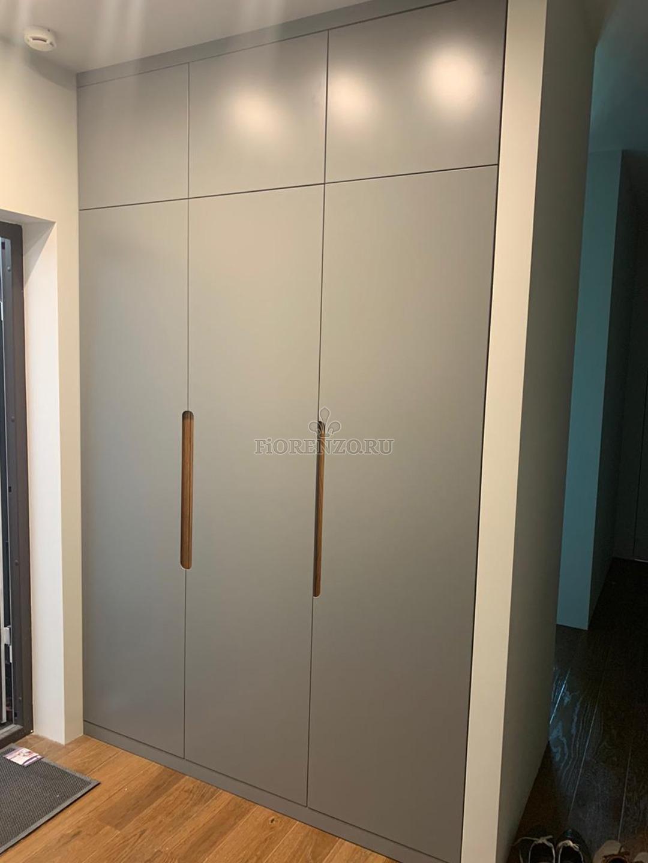 Встроенный шкаф с интегрированными ручками