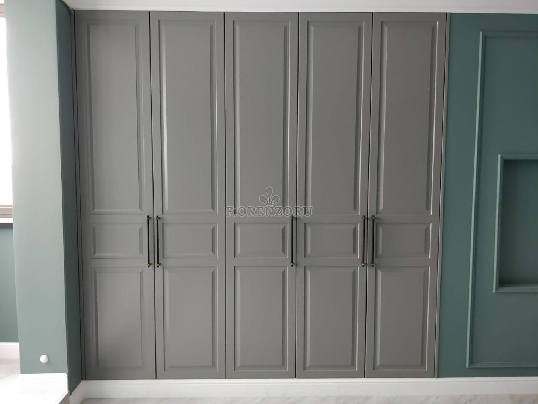 Встроенный серый шкаф классика