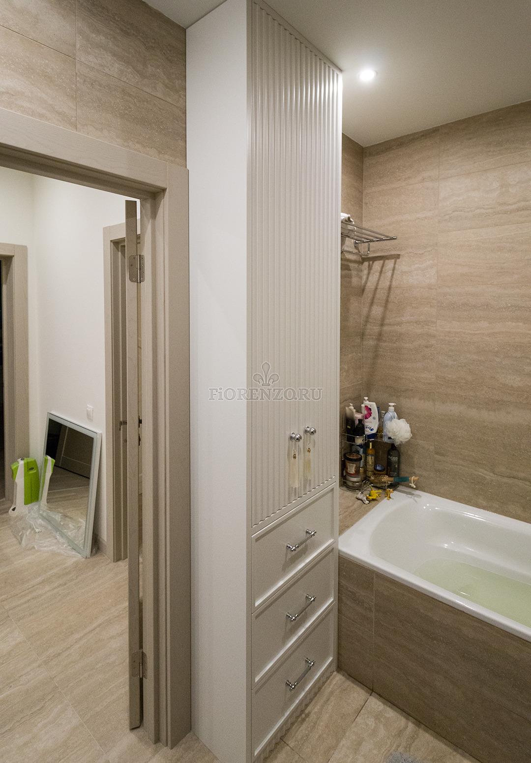 Белый глянцевый шкаф в ванную