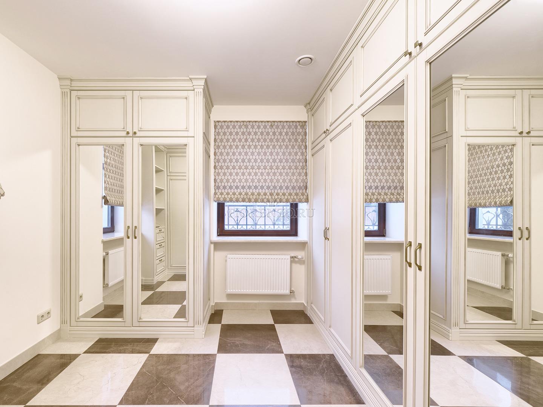 Шкафы в гардеробной комнате