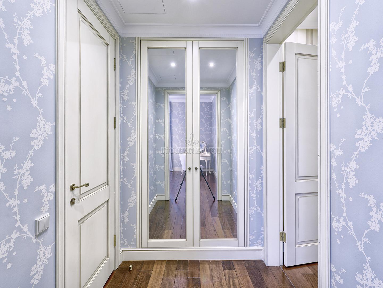 Классический распашной шкаф в прихожую с зеркальными фасадам.